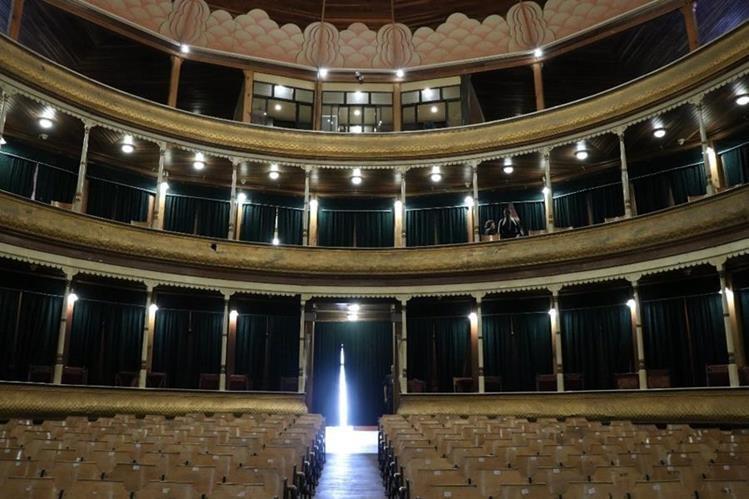 Las luces que iluminan el interior del Teatro Municipal ahora son tipo led para evitar el calentamiento y un posible incendio. (Foto Prensa Libre: María José Longo)