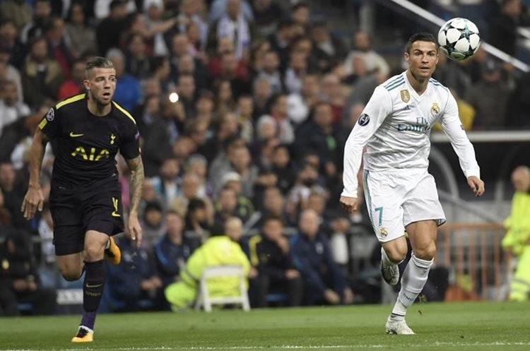 Ronaldo domina la pelota en una acción del juego.