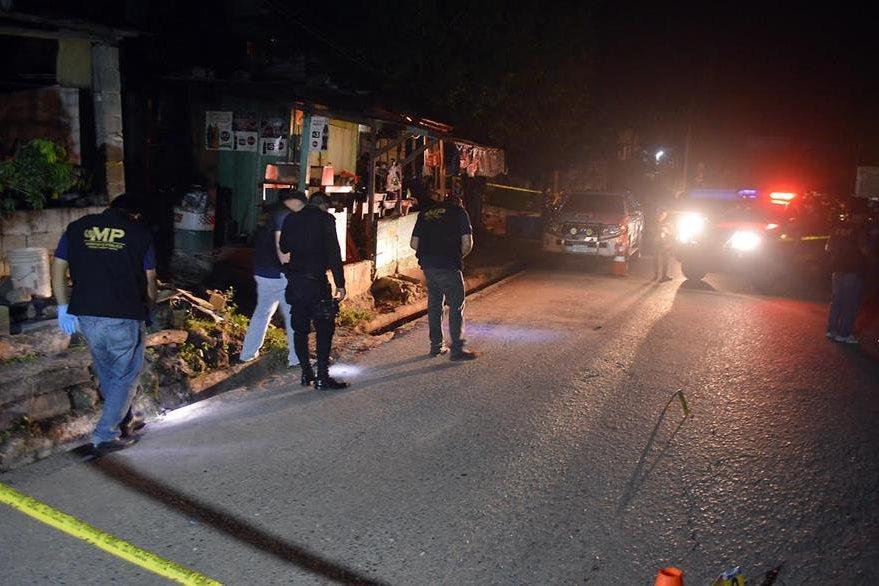 Investigadores recogen evidencias en el lugar donde fue ultimado un ganadero, en Puerto Barrios, Izabal. (Foto Prensa Libre: Dony Stewart)