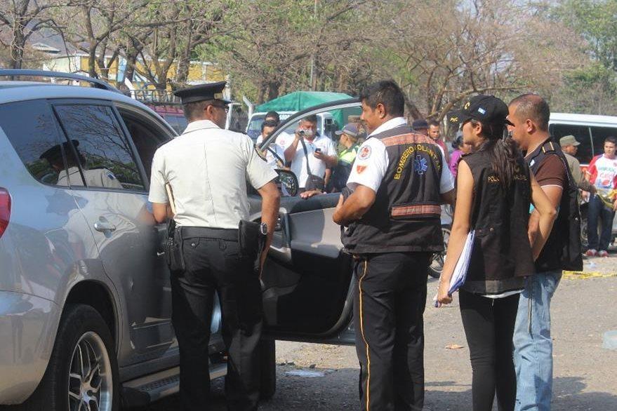 Investigadores observan del cadáver de Salazar, en Jutiapa. (Foto Prensa Libre: Óscar González).