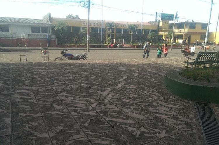 En San Pedro Yepocapa, Chimaltenango, las calles quedan cubiertas de ceniza cada vez que el Volcán de Fuego entra en erupción. (Foto Prensa Libre: Víctor Chamalé)