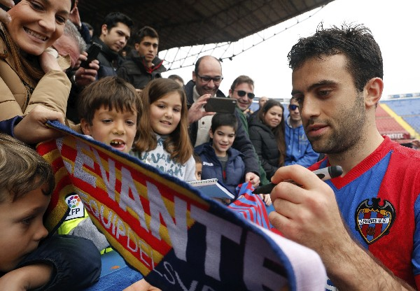 Giuseppe Rossi comparte con los aficionados del Levante. (Foto Prensa Libre: EFE)