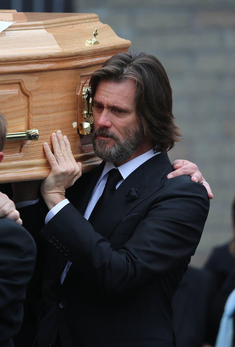 El actor Jim Carrey, de 53 años, viajó desde Estados Unidos para participar en el funeral de Cathriona White.  (Foto Prensa Libre: AP).