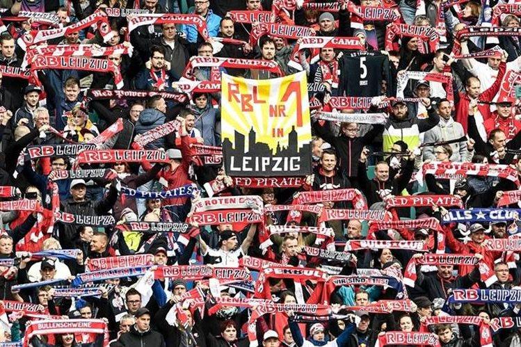 La afición del Leipzig poco a poco ha ido en aumento. (Foto Prensa Libre: EFE)