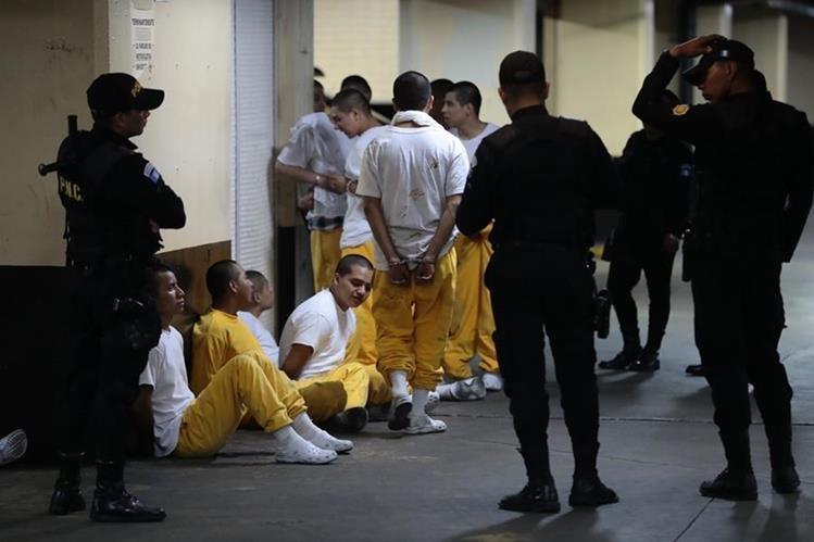 Los inconformes que provocaron el motín fueron traslados bajo custodia policial a los tribunales. (Foto Prensa Libre: Cortesía)