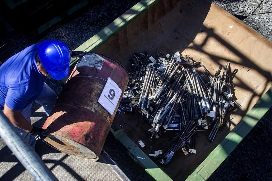 Un trabajador prepara para armas largas para ser incineradas en El Salvador. (Foto Prensa Libre: AP).