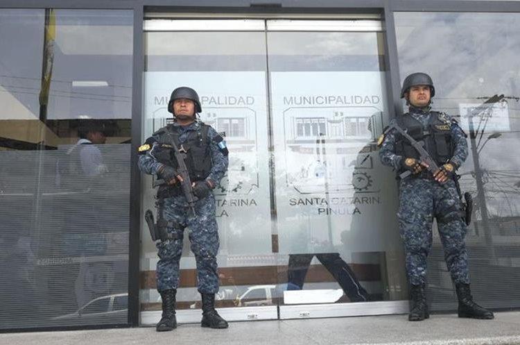 Fuerzas de seguridad resguardaron ingreso a la Municipalidad de Santa Catarina Pinula durante los allanamientos. (Foto Prensa Libre: Érick Ávila)