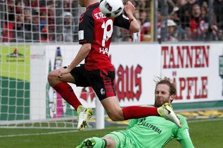 El Friburgo vence al Schalke y sigue camino a disputar competencias europeas. (Foto Prensa Libre: AFP).