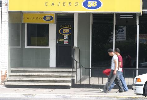 Los servicios bancarios llegan a más guatemaltecos en el país. (Foto Prensa Libre: Hemeroteca PL)