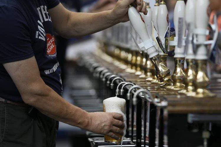<em>La bebida es una cerveza pálida con fuerte sabor a lúpulo y contenido alcohólico del 5.5%, y se venderá del barril.<br /> (Foto Prensa Libre: AP).</em>