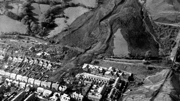 La escombrera de la mina colapsó y cayó directamente sobre la Primaria Pantglas en Aberfan. PA