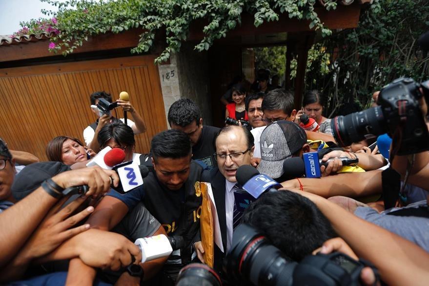 El Fiscal Hamilton Castro (c) encabeza el grupo especial de fiscales que registraron el domicilio del Alejandro Toledo. (AFP).