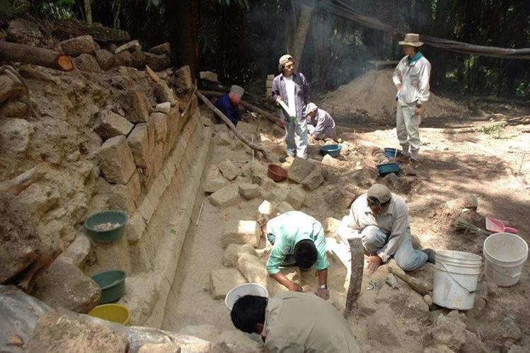 Investigadores estadounidenses y guatemaltecos efectúan estudios en el sitio arqueológico Ceibal, en Petén. (Foto Prensa Libre: EFE)