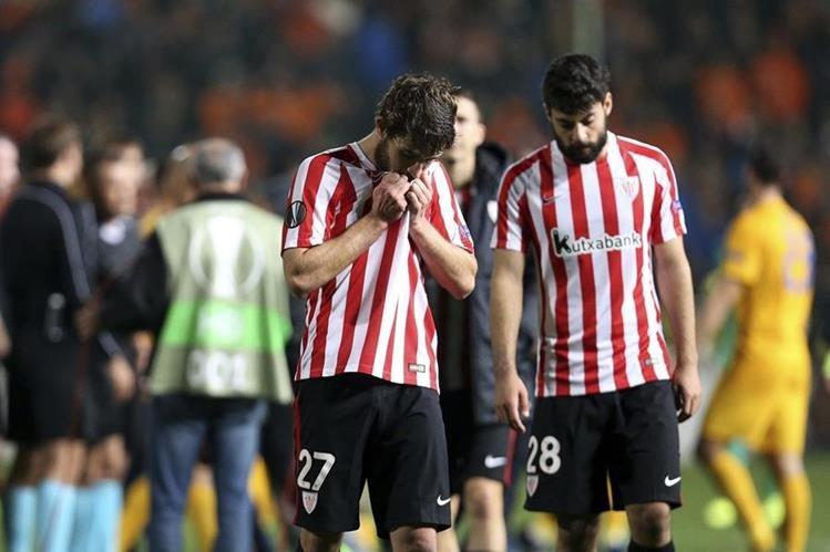 Los jugadores del Athletic de Bilbao Yeray Alvarez y Asier Villalibre salen desconsolados después de ser eliminados de la Europa League por el Apoel de Nicosia. (Foto Prensa Libre: AP)