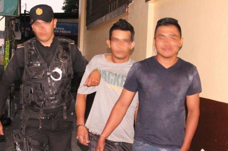 Dos de los seis capturados señalados de haber disparado contra agentes de la PNC. (Foto Prensa Libre: PNC).