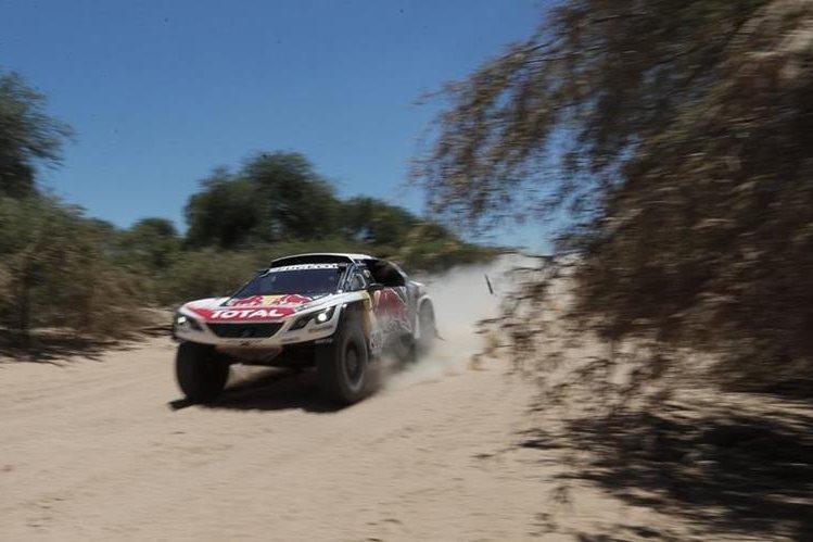 El francés Sebastien Loeb se adjudicó la segunda etapa del Rally Dakar 2017 y además tomó el mando de las posiciones generales entre los autos desplazando al catarí Nasser Al-Attiyah, quien fue su escolta (Foto Prensa Libre: EFE)