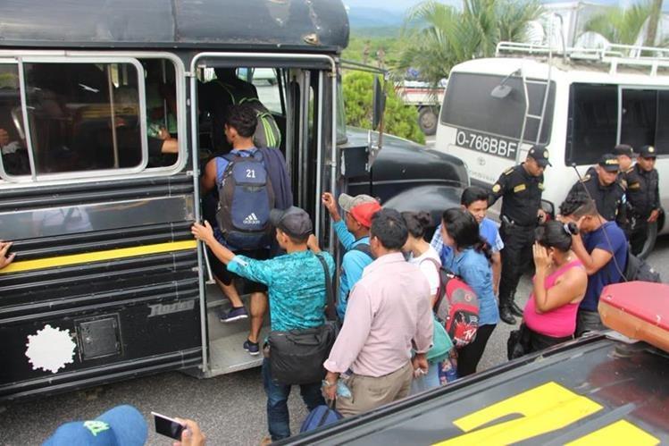 La PNC les ha facilitado transporte hacía la aduana Agua Caliente en Esquípulas Chiquimula, a migrantes que deciden regresar a su país. (Foto Prensa Libre: PNC)