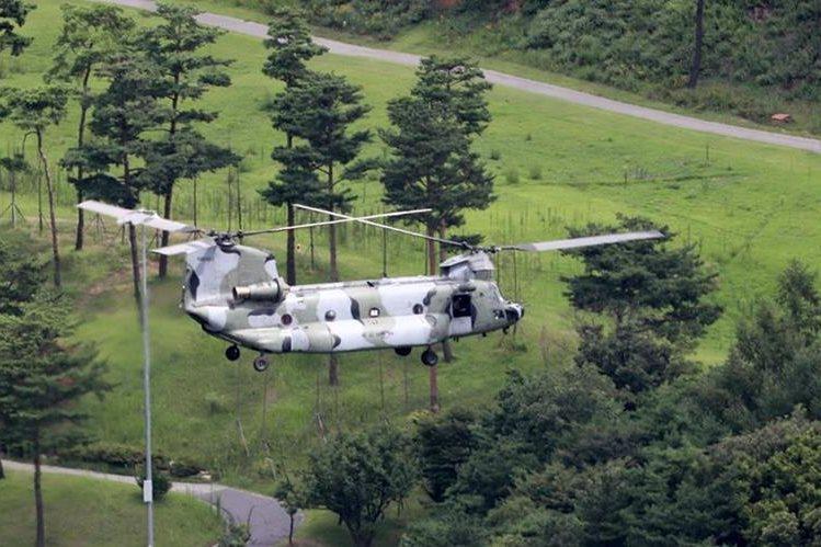 Un helicóptero sobrevuela localidades de Corea del Sur, en plena tensión con Corea del Norte. (Foto Prensa Libre: EFE)