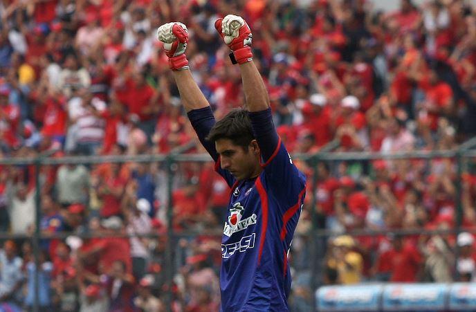 Penedo empuña sus manos y levanta los brazos para celebrar un título con Municipal. (Foto Prensa Libre: Hemeroteca)