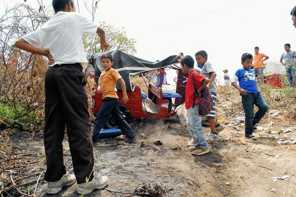 Curiosos observan el mototaxi accidentado en la carretera de Sanarate a Jalapa. (Foto Prensa Libre: Hugo Oliva)