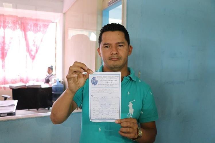 Francisco Gutiérrez muestra la orden de traslado para que su esposa fuera sometida a una cesárea. (Foto Prensa Libre: Hugo Oliva)