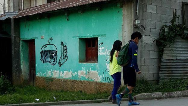 Placazos alusivos a la pandilla 18 pintados en los alrededores del estadio municipal de Chichicastenango. Son frescos, lo que indica algún tipo de actividad de esta pandilla en la ciudad. Foto Roberto Valencia (El Faro).