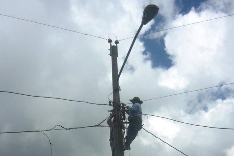 Personal del Inde y de la comuna de San Marcos efectuarán trabajos de mantenimiento en la red de distribución energética. (Foto Prensa Libre: Genner Guzmán)