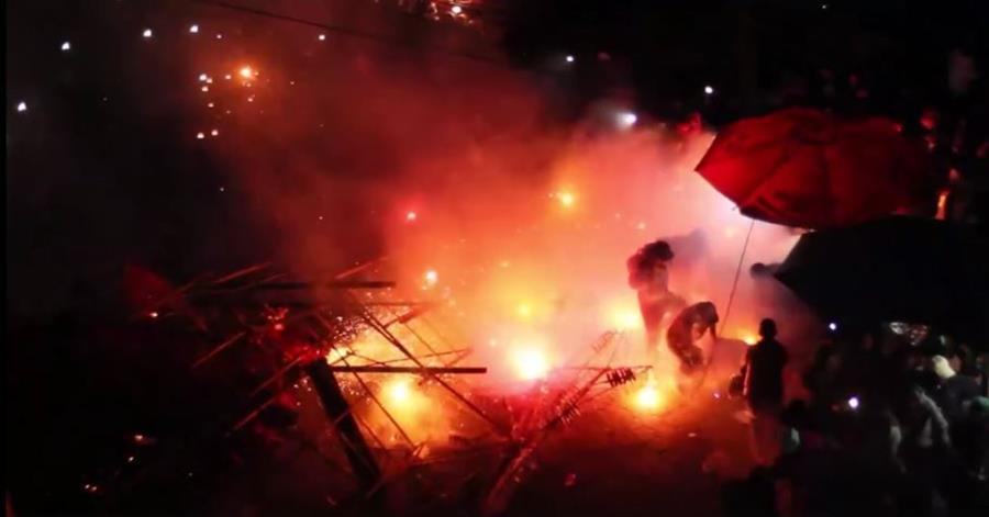 Imagen muestra momento de la angustia que vivieron decenas de personas en El Tejar. (Foto Prensa Libre).
