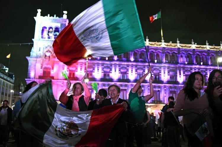 Los partidarios de Andrés Manuel López Obrador, celebran la victoria presidencial en la plaza Zócalo en la Ciudad de México. (AFP).
