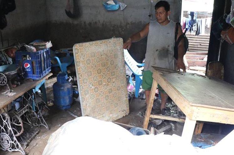 Victor Hernández, afectado, observa cómo la correntada destruyó sus muebles que con tanto esfuerzo había adquirido.(Foto Prensa Libre: Cristian Soto)