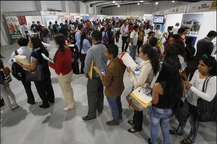 Jóvenes buscan ubicarse en un trabajo de vacacionista en el último trimestre del año, por lo tanto, se llevará a cabo la Feria de Empleo que organiza el Ministerio de Trabajo. (Foto Prensa Libre: Hemeroteca)