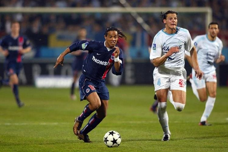 El brasileño Ronaldinho también se convirtió en un ídolo del PSG en su paso por el futbol de Francia. (Foto Prensa Libre: Hemeroteca)