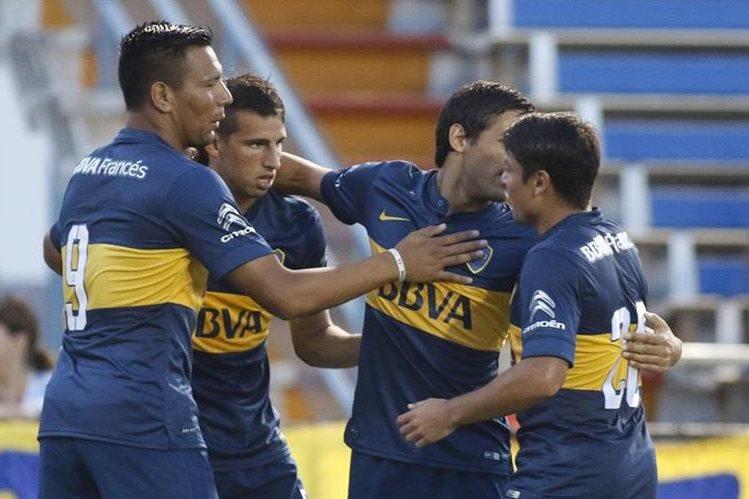 Jonathan Calleri celebra una de las anotaciones con el equipo xeneize. (Foto Prensa Libre: AP)