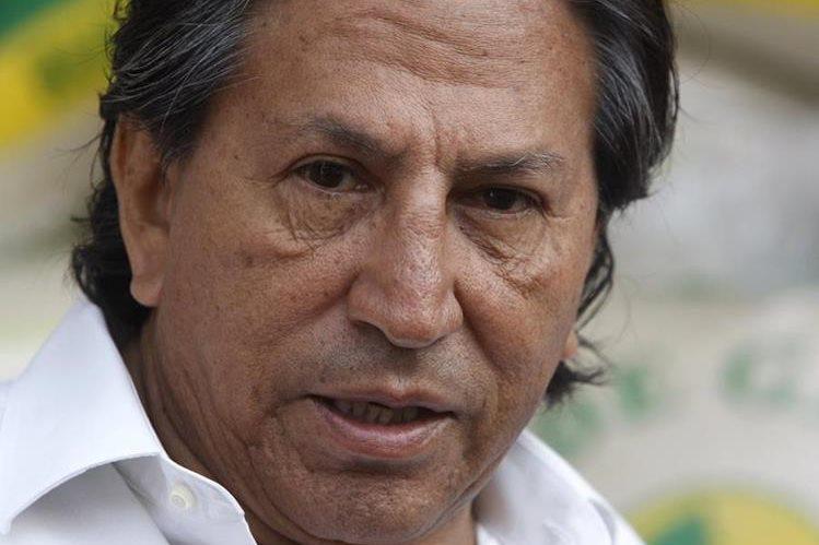 Alejandro Toledo hace campaña para la reelección en un mercado en Lima, Perú.(AFP).
