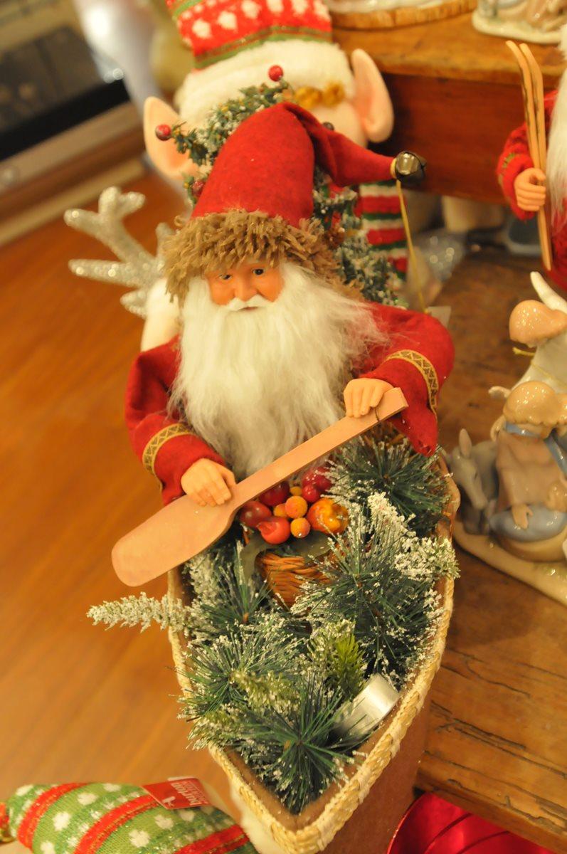 Papa Noel suele llegar en trineo, pero cuando el clima no lo permite, también navega en una canoa. Esta decoración europea como centro de mesa atraerá las  miradas.
