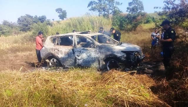 Dentro de el vehículo tipo agrícola fueron hallados los cuerpos carbonizados de tres personas. (Foto Prensa Libre)