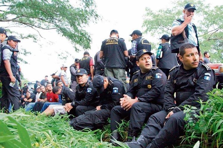 Cinco agentes de la PNC fueron capturados por extorsión en la subestación de San Manuel Chaparrón, Jalapa el 23 de marzo de 2015.