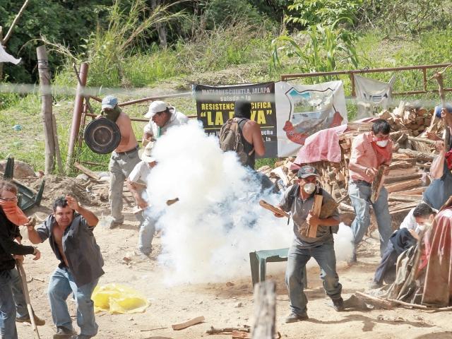 El 22 de mayo de 2014, la PNC intentó desalojar violentamente a los vecinos apostados a la entrada del proyecto.