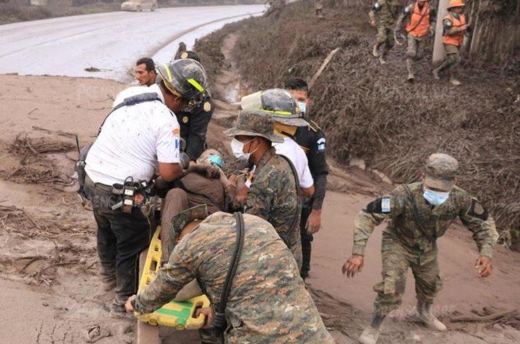 El periodista Enrique Paredes, corresponsal de Prensa Libre en Escuintla, fue una de las primeras personas en llegar al lugar y alertar que Concepción Hernández necesitaba ayuda.