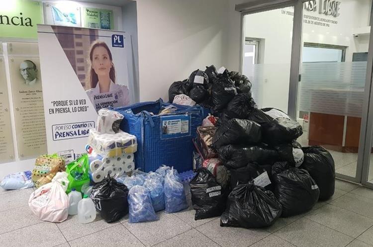 En la recepción de Prensa Libre, las personas se acercaron para entregar los donativos (Foto Prensa Libre: redacción).