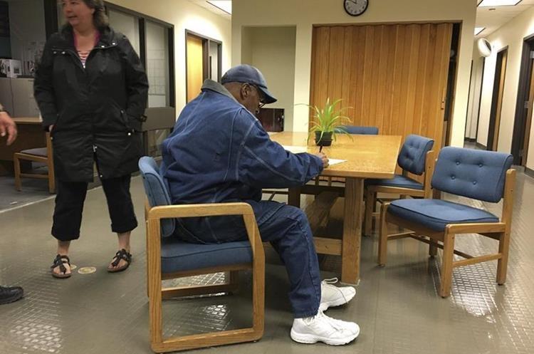 O.J. Simpson firma documentos de su salida de prisión del Lovelock Correctional Center, en Nevada.(Foto Prensa Libre:AP).