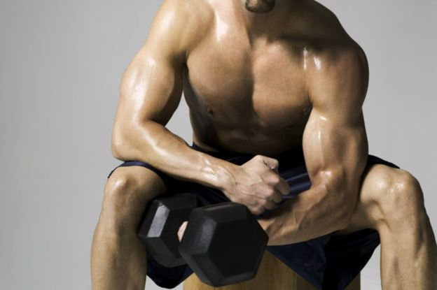 Los levantadores de peso pueden estar saludables aún teniendo un IMC que indica que están obesos. (GETTY IMAGES).
