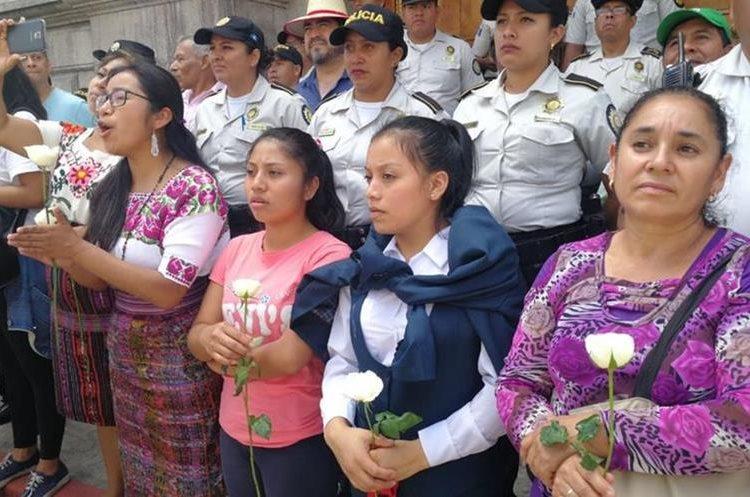 Con flores en la mano las mujeres se pusieron frente a los agentes de la PNC.