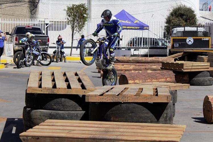 La exhibición de Moto Trial se llevó a cabo el sábado último, en un comercial ubicado en la zona 2 de Xela. (Foto Prensa Libre: María José Longo)