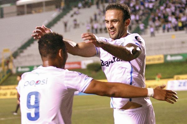 José Contreras y Rolando Blackburn festejan durante el juego ante Suchi. (Foto Prensa Libre: Jesús Cuque).