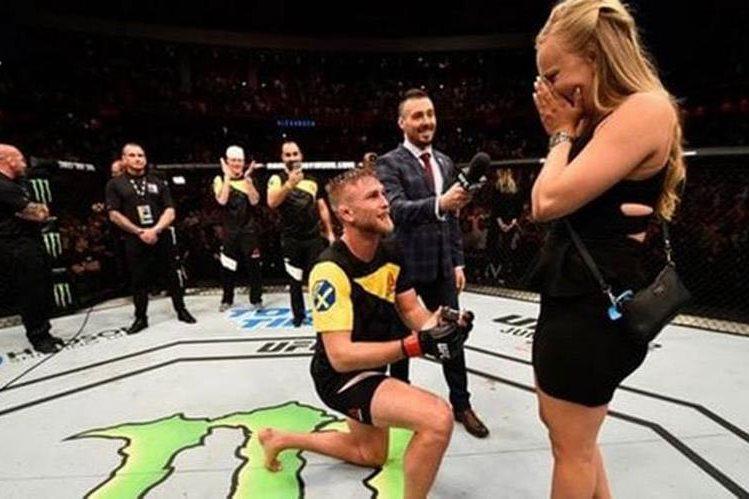 Alexander Gustafsson se comprometió en el octágono tras un fuerte nocaut a su oponente en la UFC Fight Night. (Foto Prensa Libre: infobae.com)