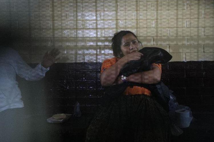 Mujer simula tener un bebé en sus brazos. (Foto Prensa Libre: Carlos Hernández)