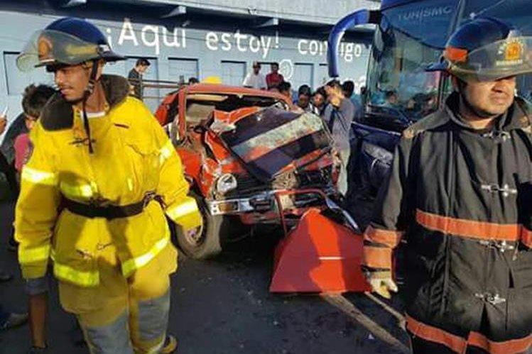 Socorristas usaron equipo hidráulico para sacar los cuerpos de las víctimas. (Foto Prensa Libre: Whitmer Barrera)