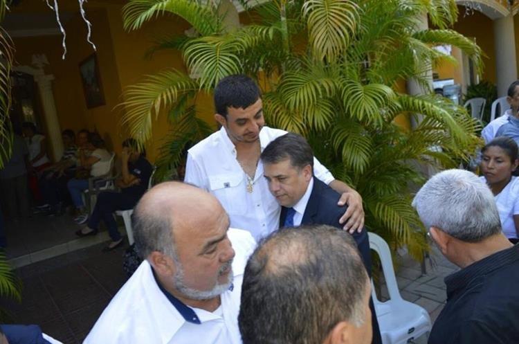 Empresarios y alcaldes se solidarizaron con la familia del edil.(Prensa Libre: Mario Morales)