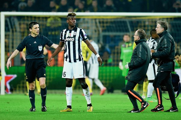 Paul Pogba, no terminó el encuentro debido a la lesión que lo alejará varios días de las canchas. (Foto Prensa Libre: AFP).